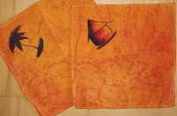 Serviette, orange mit Rundhütte